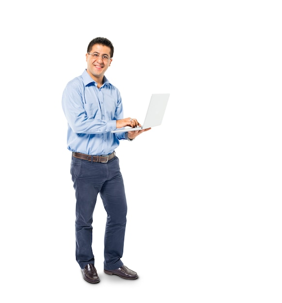 Ein intelligenter zufälliger mann steht bei der verwendung seines laptops Kostenlose Fotos