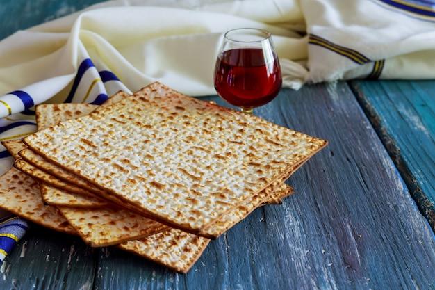 Ein jüdisches matza-brot mit wein. passahfest urlaub konzept Premium Fotos