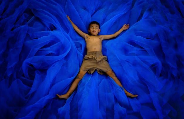 Ein junge im kursteilnehmer keucht schuluniformschlaf oder spielt auf fußboden Premium Fotos