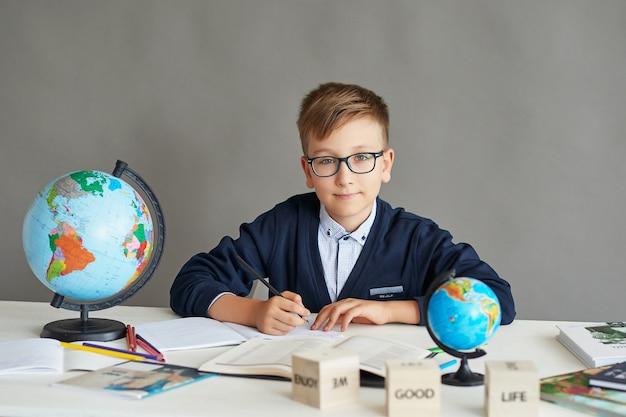 Ein junge mit brille macht eine unterrichtsstunde und macht einen auftrag Premium Fotos