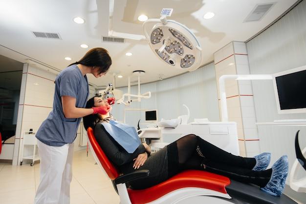 Ein junger arzt behandelt die zähne seines patienten. zahnheilkunde Premium Fotos
