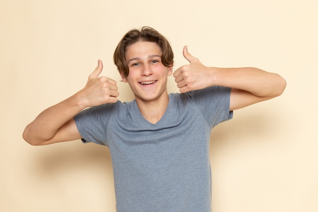 Ein junger mann der vorderansicht im grauen t-shirt, das