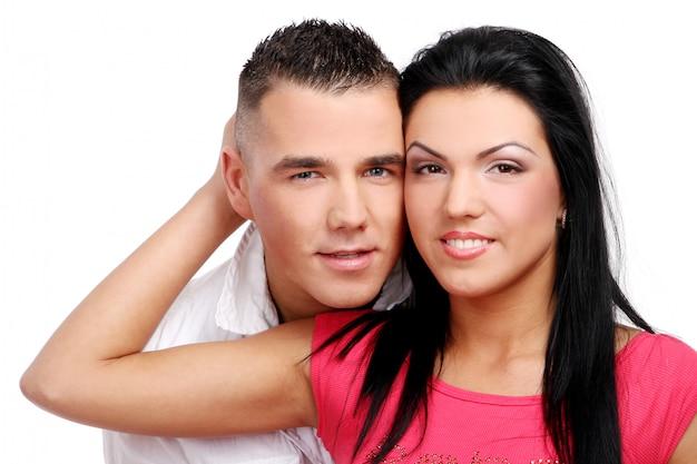 Ein junges und attraktives glückliches paar Kostenlose Fotos