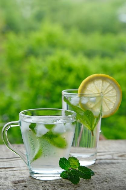 Ein kaltes getränk aus zitrone, limette und minze Premium Fotos