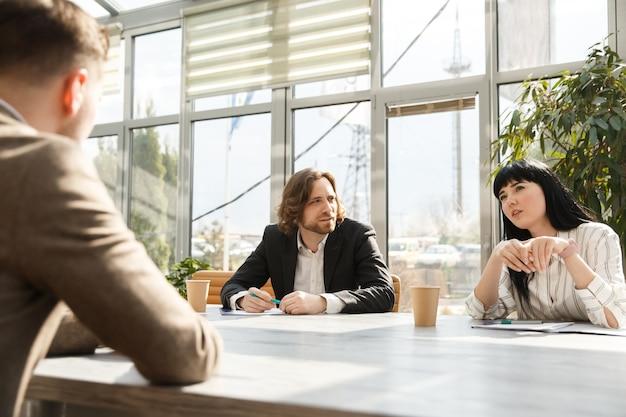 Ein kandidat spricht mit arbeitgebern über ein vorstellungsgespräch Premium Fotos