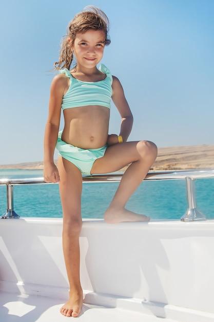 Ein kind auf einer yacht, die das meer segelt. Premium Fotos