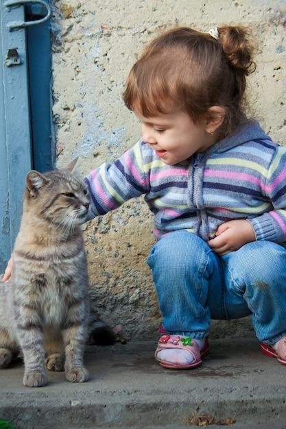 Ein kind und eine katze. selektiver fokus Premium Fotos