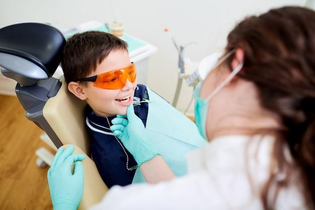 Ein kinderkind ist junge am zahnarzt in der zahnmedizinischen praxis. zahnbehandlung Premium Fotos