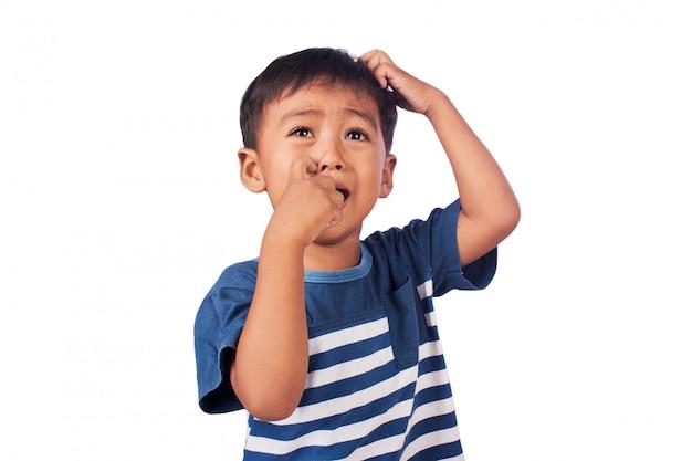 Ein kleiner asiatischer junge ist traurig Premium Fotos