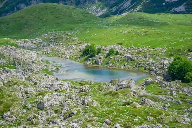 Ein kleiner bergsee inmitten der hohen malerischen berge. Premium Fotos