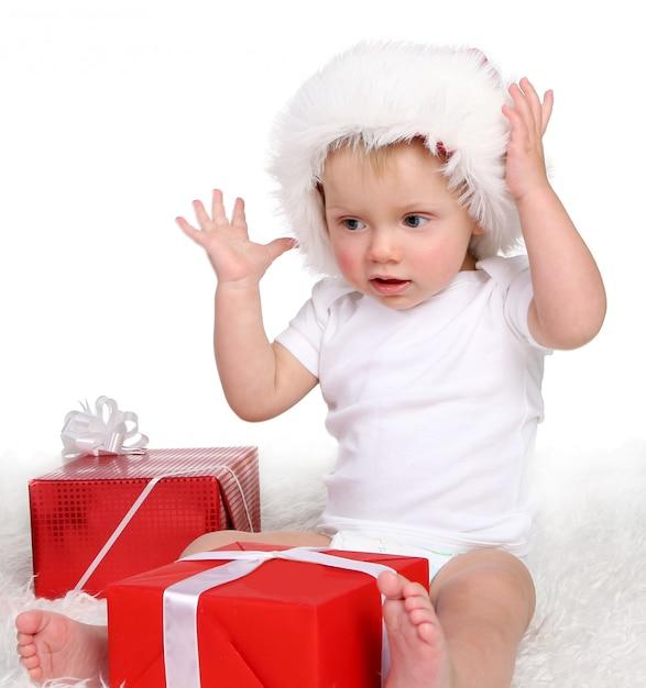 Ein kleines funy kind auf weiß Kostenlose Fotos