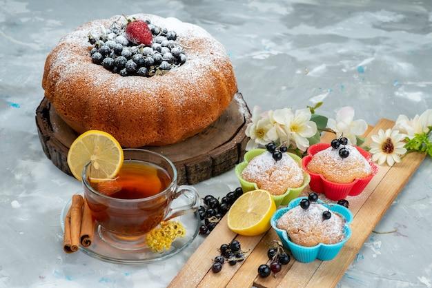 Ein köstlicher und runder obstkuchen von vorne mit frischem blau, beeren auf hellem, süßem zucker aus kuchenkeks Kostenlose Fotos