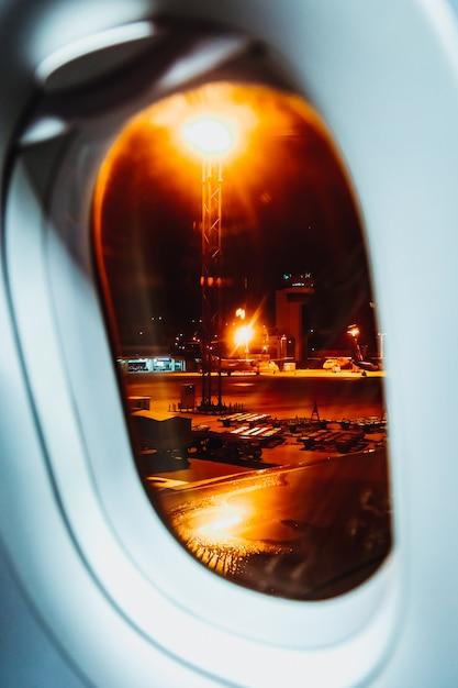 Ein kurzer blick vom fensterplatz über einen nachtflug Premium Fotos