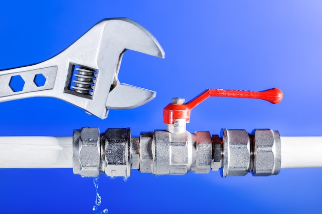 Ein leck von wasser aus wasserleitungen, wasserhahn. Premium Fotos