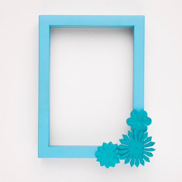 Ein leerer blauer randfeld mit blumen auf weißem hintergrund Kostenlose Fotos