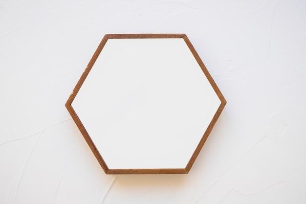 Ein leerer hexagonrahmen gegen weißen hintergrund Kostenlose Fotos