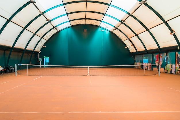 Ein leeres tischtennis mit netz Premium Fotos