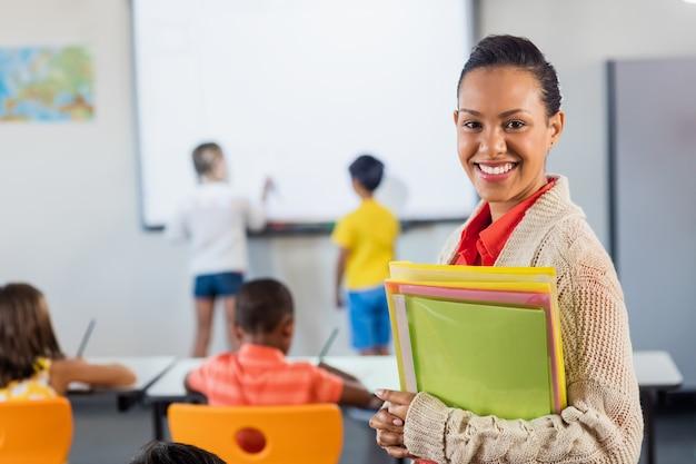 Ein lehrer lächelt in die kamera Premium Fotos