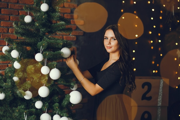 Wer Schmückt Den Weihnachtsbaum.Ein Mädchen Schmückt Einen Weihnachtsbaum Download Der Kostenlosen