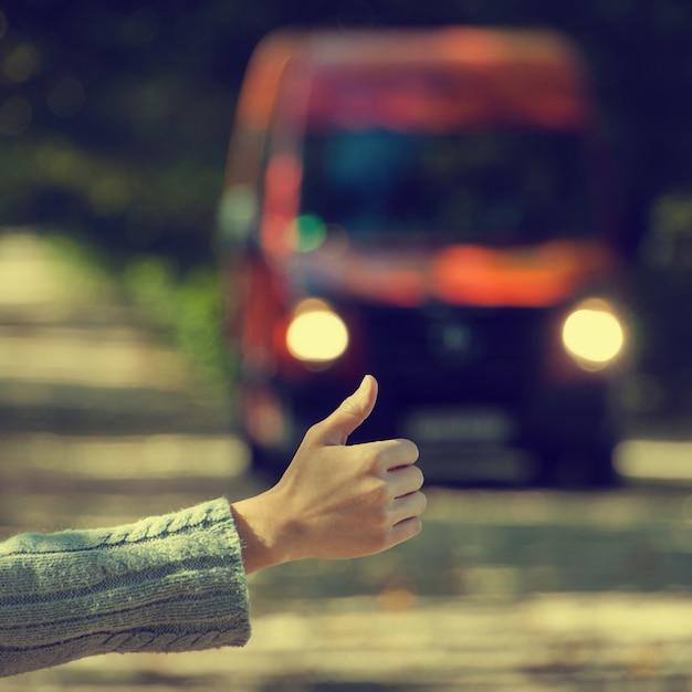 Ein mädchen fährt mit dem auto Premium Fotos