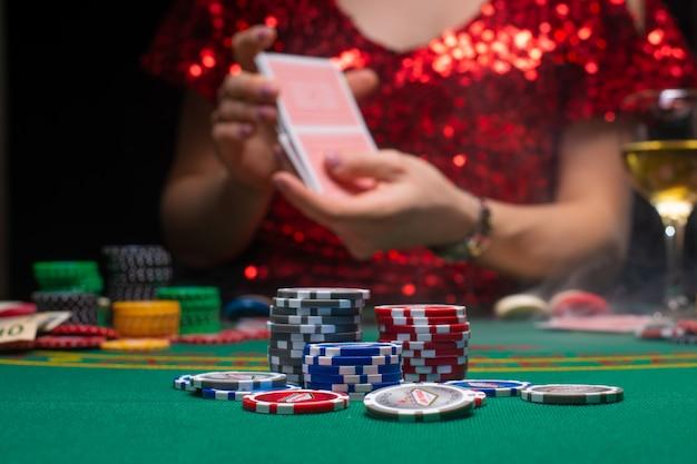 Ein mädchen in einem roten abendkleid spielt in einem kasino Premium Fotos