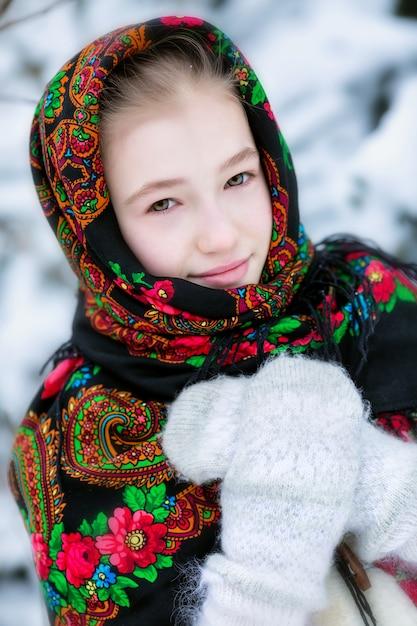 Ein mädchen in einem russischen halstuch im winter Premium Fotos