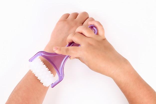 Ein mädchen macht eine handmassage mit handmassagegerät Premium Fotos
