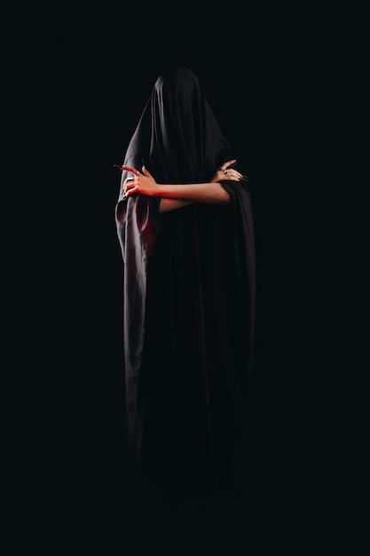 Ein mädchen mit langem hexenhaar versucht, sich selbst in brand zu stecken Premium Fotos