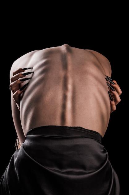 Ein mädchen mit nacktem rücken, starker dünnheit und hervorstehenden rippen Premium Fotos