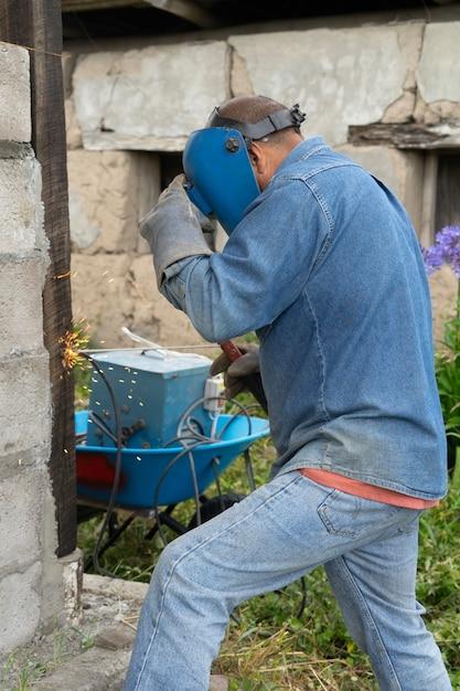 Ein männlicher arbeiter schweißt Premium Fotos