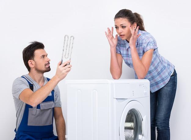 Ein männlicher klempner kam, um eine waschmaschine zu reparieren. Premium Fotos