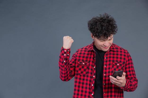 Ein mann, der ein rotes kariertes hemd mit einem