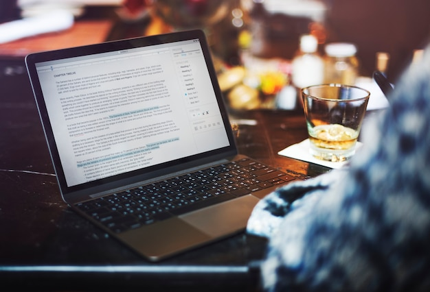 Ein mann, der einen artikel an der bar schreibt Premium Fotos