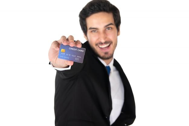 Ein mann, der kreditkarte lokalisiert auf weißem hintergrund hält (ausgewählter fokus) Premium Fotos