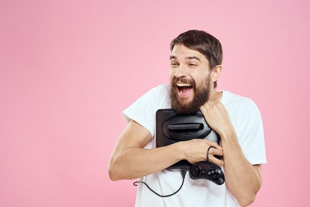 Ein mann, der mit seiner neuen videospielkonsole zufrieden ist Premium Fotos