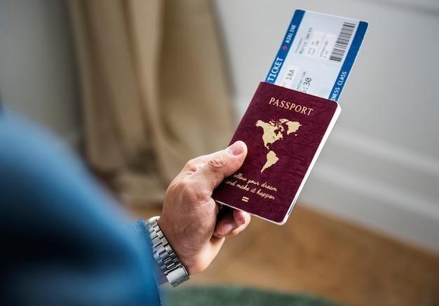 Ein mann, der sich vorbereitet zu reisen Kostenlose Fotos