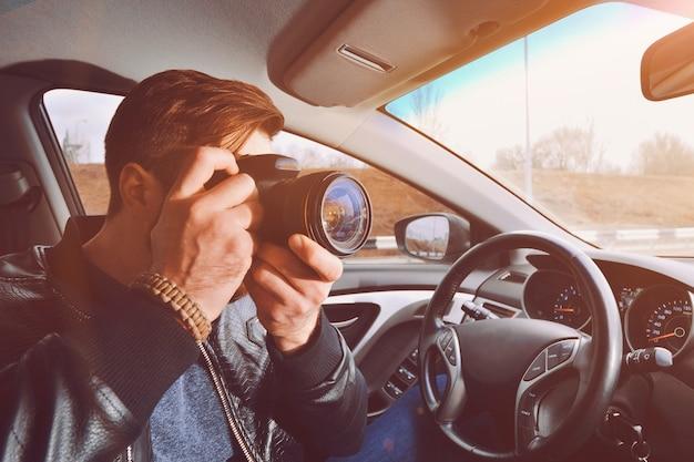 Ein mann fotografiert aus einem autofenster. Premium Fotos