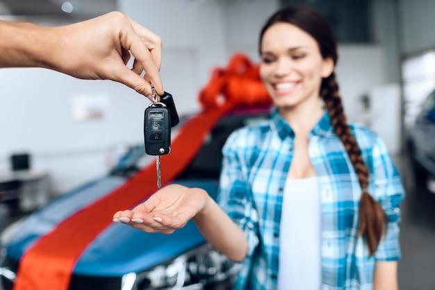 Ein mann gibt seiner freundin die schlüssel für ein neues auto. Premium Fotos