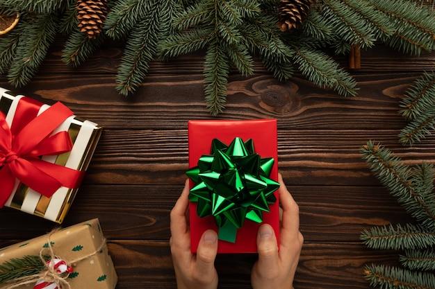Ein mann hält ein weihnachtsgeschenk in der hand Premium Fotos