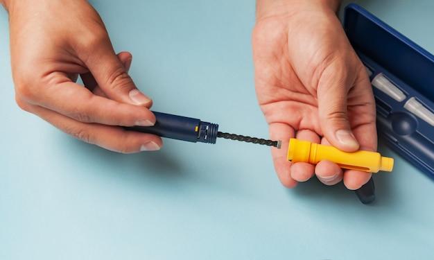 Ein mann hält eine spritze zur subkutanen injektion von hormonellen arzneimitteln im ivf-protokoll Premium Fotos