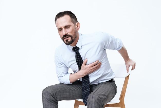 Ein mann hat ein schlechtes herz. er hält seine hände an seine brust. Premium Fotos