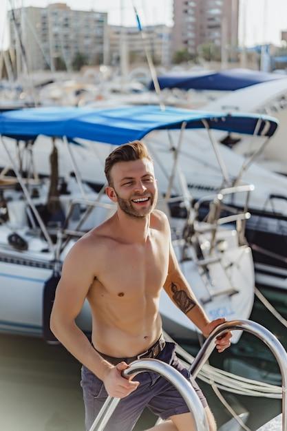 Ein mann im hafen, der die yacht für die reise vorbereitet Kostenlose Fotos