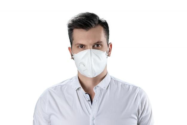 Ein mann in einer weißen staubmaske lokalisiert auf weiß Premium Fotos