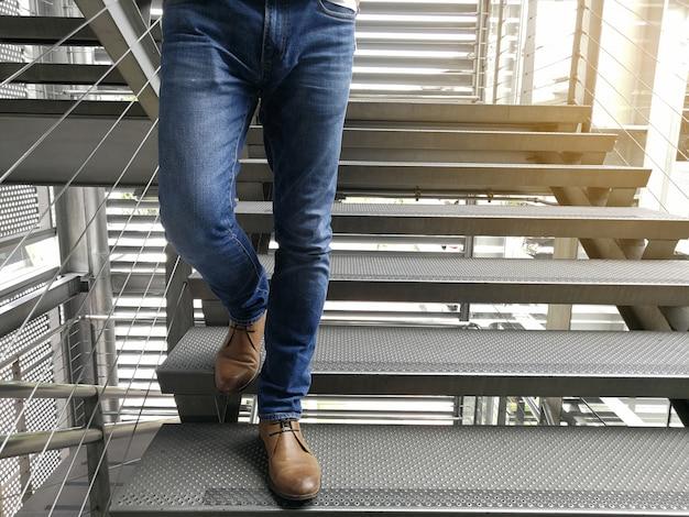 Ein mann in jeans Premium Fotos