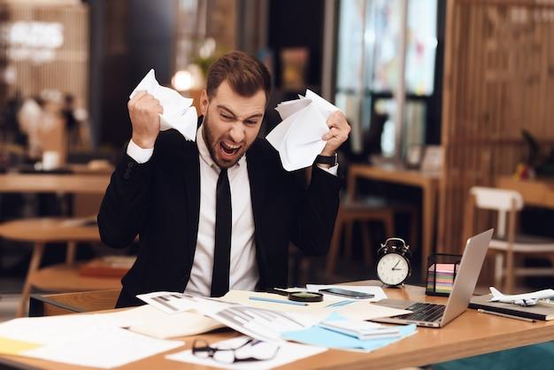 Ein mann ist enttäuscht über den hohen arbeitsaufwand. Premium Fotos