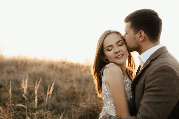 Ein mann küsst seine frau mitten im weizen Kostenlose Fotos