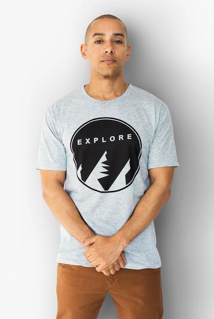 Ein mann mit einem explore-t-shirt Premium Fotos