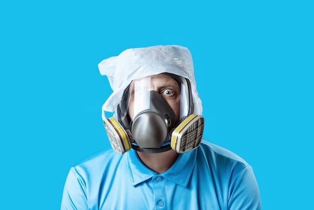 Ein mann mit einer gasmaske und einer plastiktüte auf dem kopf Premium Fotos
