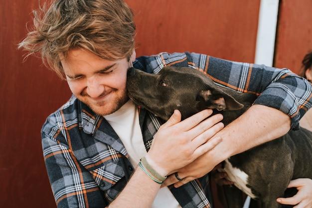 Ein mann mit seinem pitbull-terrierhund Kostenlose Fotos