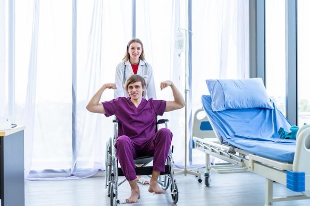 Ein mann patient im rollstuhl und ärztin Premium Fotos